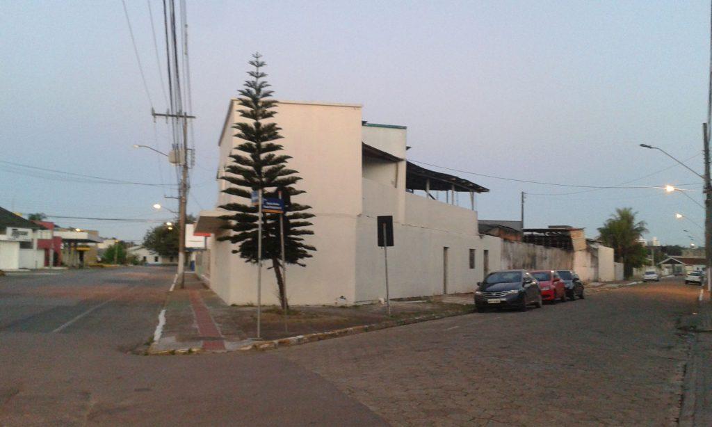 Visão externa do prédio onde fica a kitnet
